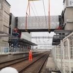 Video: 700 tonne crane lifts footbridge into position